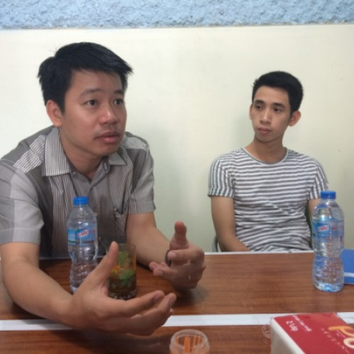 Mitarbeiter  des lokalen Hilfswerks YWAM Vietnam beim Übersetzen