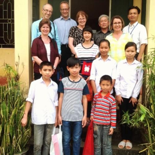 Schweizer Besuch in einem Kinderheim ausserhalb Hanoi (Mitte hinten: Leiterin von YWAM Vietnam)