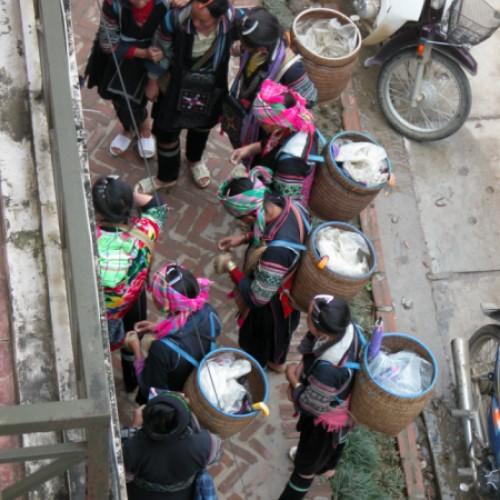 Frauen eines Minoritätsstammes warten auf Kundschaft