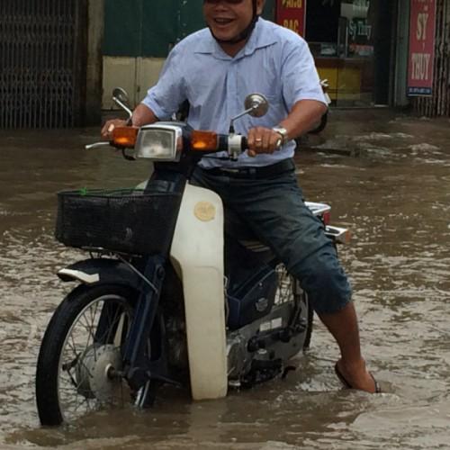 Hochwasser auf den Strassen Hanois. Kein Problem!