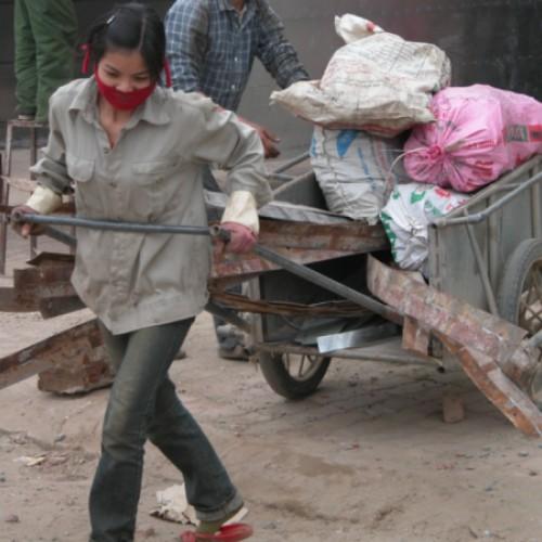 Im Hamsterrad des Alltags - Frau in Hanoi