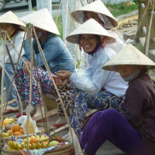 Zeit für einen Schwatz - Marktfrauen nach getaner Arbeit am Strassenrand von Saigon